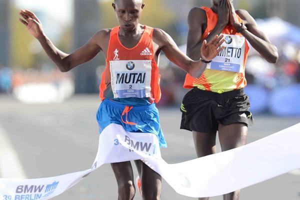 Geoffrey Mutai holds off Dennis Kimetto in Berlin (BMW Berlin Marathon/Jiro Mochizuki)