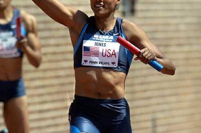 Penn 2004 - Marion Jones brings home the USA 4 x 100m team (Kirby Lee)