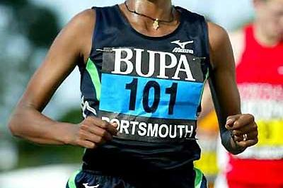 Tulu running to the fastest ever 10 mile time by an Ethiopian woman - 2005 BUPA Great South Run (Mark Shearman)