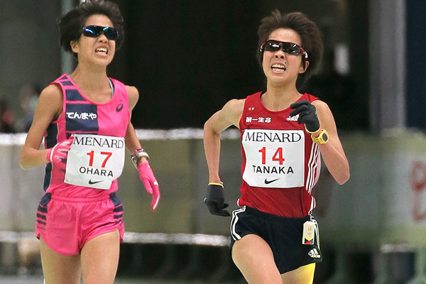 Tomomi Tanaka (right) and Rei Ohara (left) at the Nagoya Marathon (AFP / Getty Images)