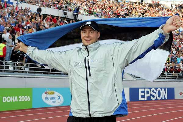 Gerd Kanter celebrates his silver medal in Helsinki (Getty Images)
