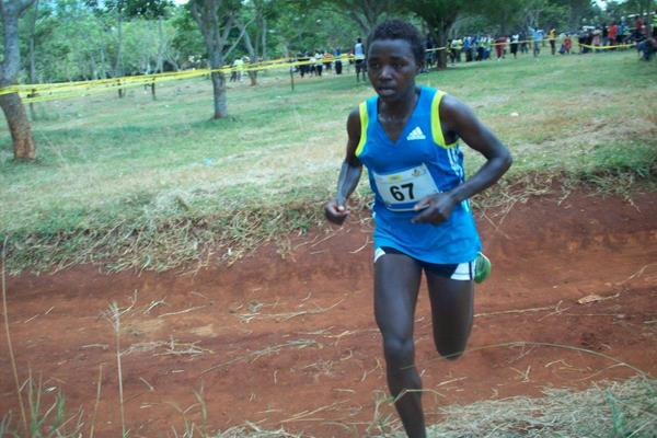 Linet Chebet leading at the 2014 Ugandan Cross Country Championships (Namayo Mawerere)