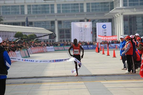 Negari Terfa wins the men's race at the 2013 Xiamen Marathon (Organisers)