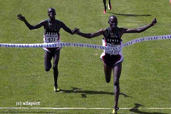 John Kibowen (r) takes a one second win over Sammy Kipketer in the 2000 World short course race (Getty Images)