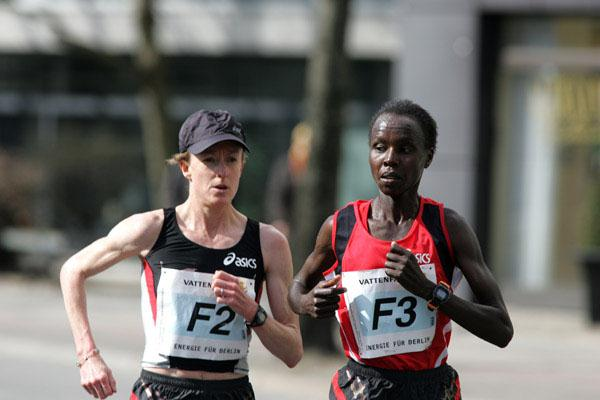 Deena Kastor leading Edith Masai at the 2006 Vattenfall Berlin Half Marathon (Victah Sailer)