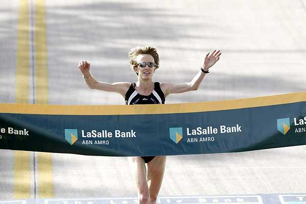 Deena Kastor wins the 2005 Chicago Marathon (Victah Sailer)