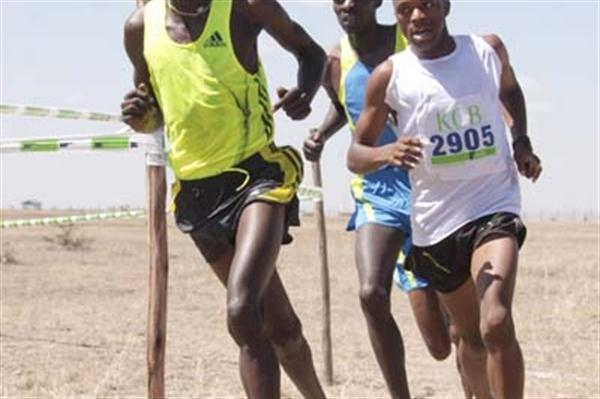 Mukundi Mwangi (right) on his way to winning Kenyan Police Administrative XC Champs title (Stafford Ondego, The Standard)