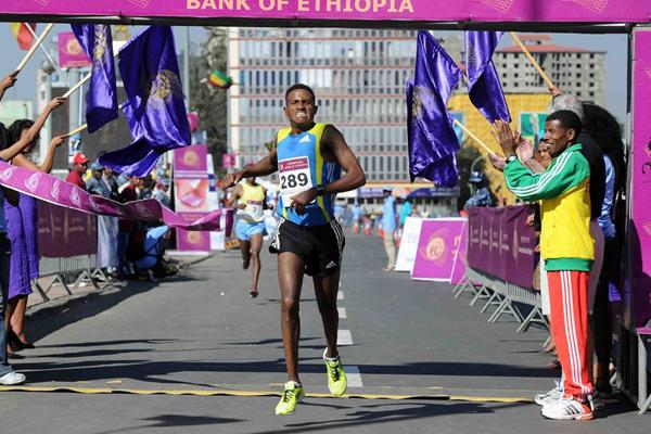 Hagos Gebrhiwet prevails at the Great Ethiopian Run (Jiro Mochizuki)