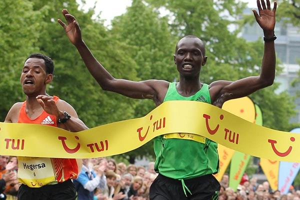 Joseph Kiprono Kiptum (r) just edges Mergesa Bacha to win the 2012 Hannover Marathon (Organisers)