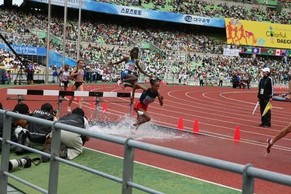 Ruth Bisibori Nyangau leaps high over the water barrier in the women's 3000m Steeplechase in Daegu (Daegu 2011)