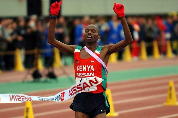 Cyrus Njui brings home the men's victory for Kenya at the Chiba Ekiden 2006 (Hasse Sjögren)