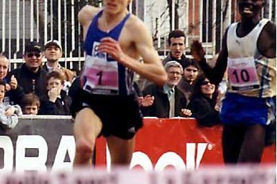 Lebid produces his finish kick to pull away from Kiprop - 2003 Cinque Mulini (Lorenzo Sampaolo)