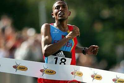 Zersenay Tadesse crosses the finish for Eritrea's first World title (Getty Images)