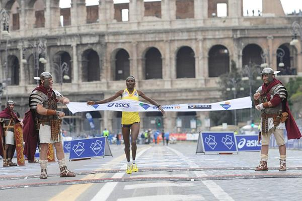Helena Kirop winning at the 2013 Rome Marathon (Giancarlo Colombo)