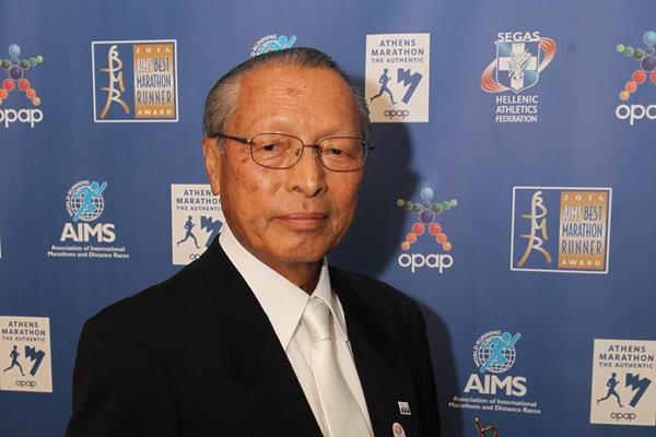Koji Sakurai, President and CEO of the Tokyo Marathon with the 2014 AIMS Social Award (AIMS / Francis Kay - Marathon-Photos.com)
