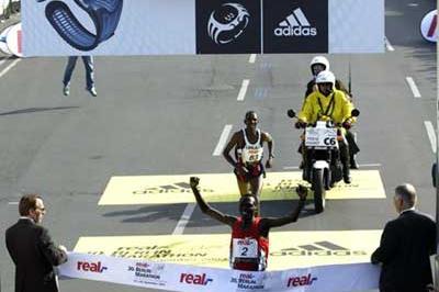 Paul Tergat crosses the finish line in Berlin (Lisa Coniglio)
