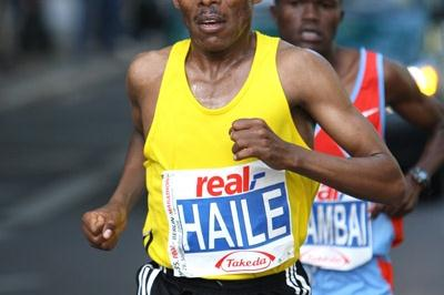 Haile Gebrselassie leading James Kwambai in Berlin (Victah Sailer)