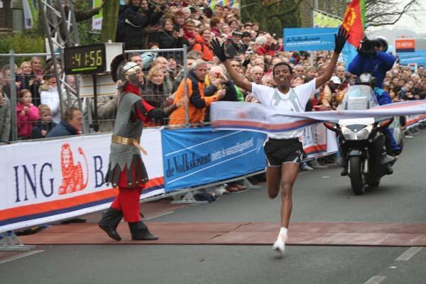 Haile Gebrselassie winning the 2005 Seven Hills 15km (Willem van Gerwen)