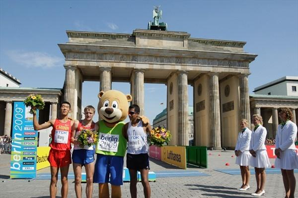 The medallists following the men's 20km race walk final at the Brandenburg Gate (L-R) Hao Wang of China (Silver), Valeriy Borchin of Russia (Gold) and Eder Sánchez of Mexico (Bronze) (Getty Images)