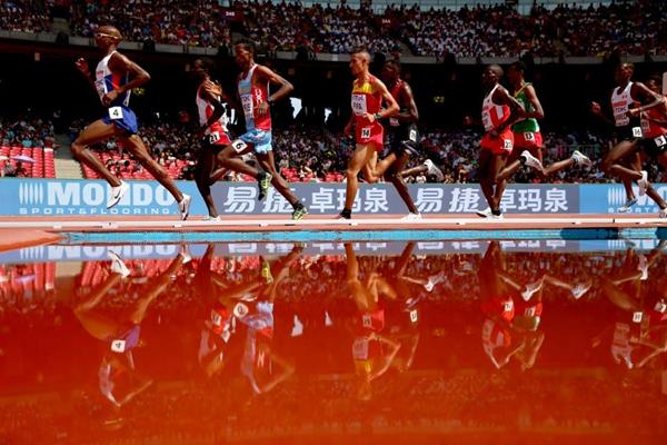 Mo Farah leads his 5000m heat at the IAAF World Championships, Beijing 2015 (Getty Images)