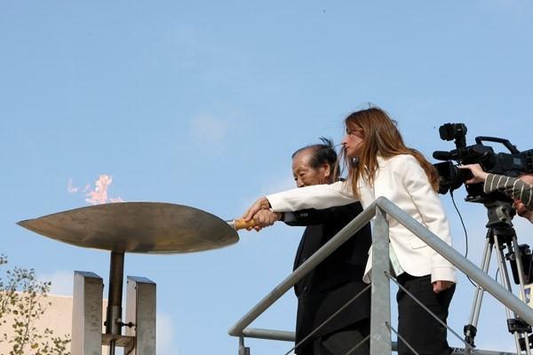 Maria Polizou and Hiroaki Chosa lightning the 'Marathon Fire' in Marathon (Victah Sailer)