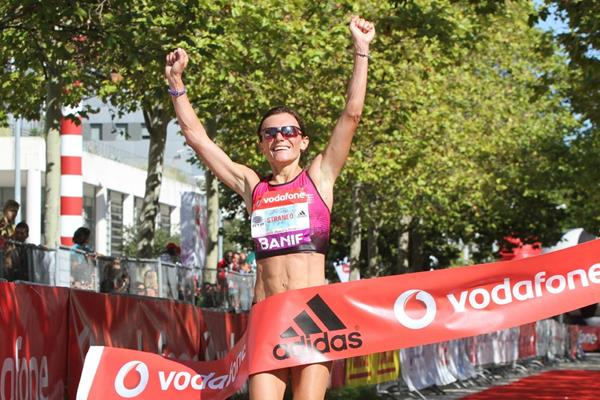 Valeria Straneo winning at the 2013 Rock'n'Roll Vodafone Half Marathon of Portugal (Marcelino Almeida / organisers)