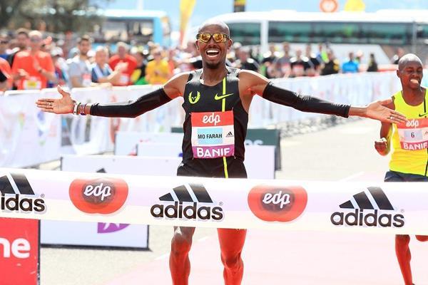 Mo Farah winning at the 2015 EDP Lisbon Half Marathon (Victah Sailer / Photorun.com)