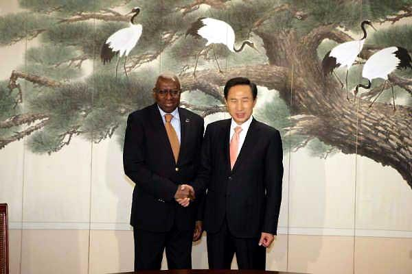 IAAF President Lamine Diack meets with South Korea's President-elect Lee Myung-bak (IAAF.org)