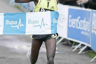 Bernard Kipyego winning the Edinburgh 10km (Mark Shearman)