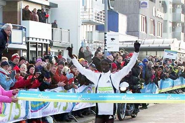 Wilson Kipsang of Kenya wins the 2009 Egmond Half Marathon (organisers)