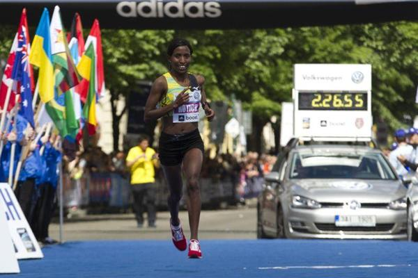 Caroline Rotich just before winning at the 2013 Volkswagen Prague Marathon (Volkswagen Prague Marathon)