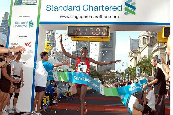 Philip Tanui (KEN) with 2:17:02 breaks 20 year course record in 2004 Singapore Marathon (c)