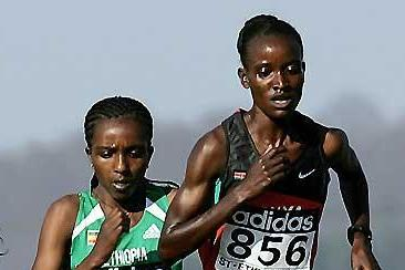 Tirunesh Dibaba (ETH) follows Isabella Ochichi (KEN) - 2005 World Cross Country (Getty Images)