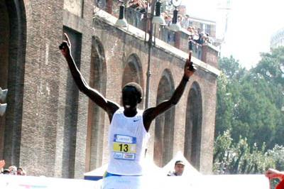 David Kipkorir winning the 2006 Rome Marathon by nearly a minute (Michele D'Annibale)