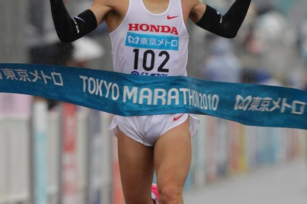 Running in wind, rain and finally snow, Masakazu Fujiwara prevails at the 2010 Tokyo Marathon (Kazuo TANAKA/Agence SHOT)