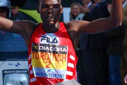 Haron Toroitich winning the Carpi marathon (Lorenzo Sampaolo)