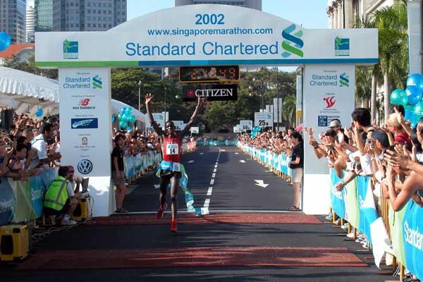 Joseph Riri (Kenya) wins the Singapore Marathon (Randy Ang)