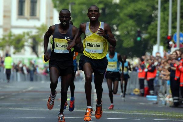Henry Chirchir leads from Francis Bowen at the 2014 TUI Marathon Hannover (UI Marathon Hannover / Thomas Wenning)