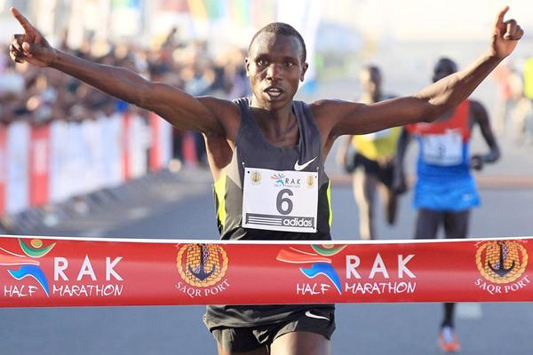 Geoffrey Kipsang wins the RAK Half Marathon (Victah Sailor)