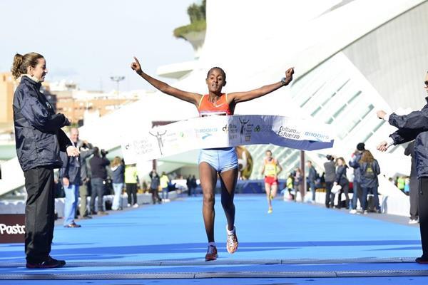 Azalech Masrecha winning the 2013 Divina Pastora Valencia Marathon (organisers)