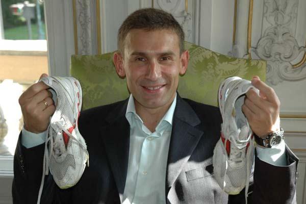 Robert Korzeniowski donates World record walking shoes to the IAAF (IAAF)