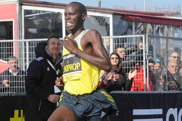 Wilson Kiprop kicks ahead to win the Roma-Ostia Half-Marathon (Organisers)