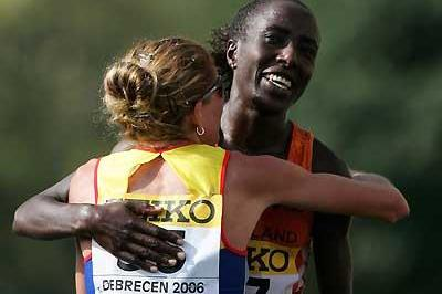Kiplagat and Tomescu embrace - Debrecen (Getty Images)