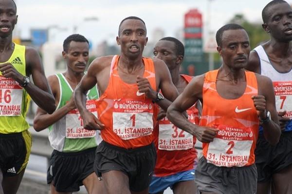 Kasime Adilo Roba (1) of Ethiopia en route to his victory at the Intercontinental Istanbul Eurasia Marathon (H. Emre Durmus)