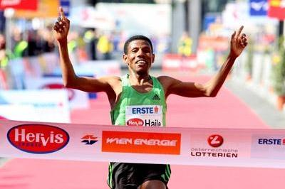 Haile Gebrselassie clocks 1:00:18 over the Half Marathon in Vienna (Victah Sailer)