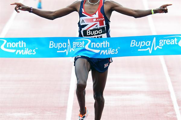 Mo Farah takes the 2 Mile victory on the Newcastle-Gateshead Quayside (Mark Shearman)