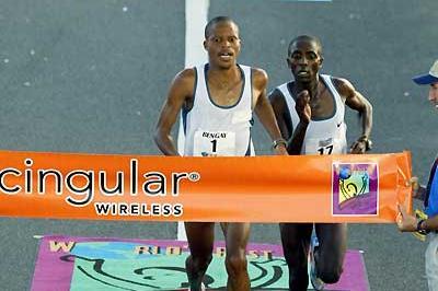 Hendrick Ramaala (1) and Linus Maiyo (17) battle for the tape in San Juan (Copyright: Brian J. Myers / Photo Run)