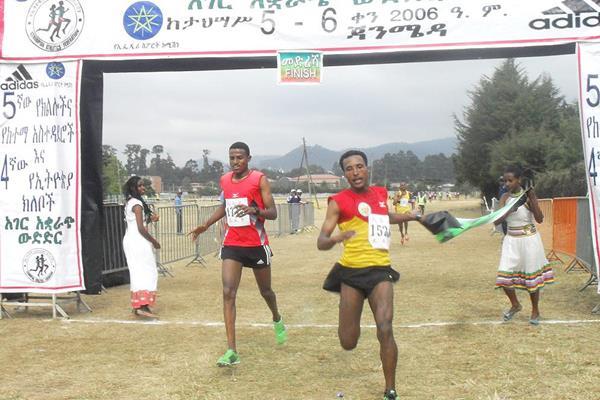 Yihunilign Adane beats Hagos Gebrhiwet in the junior men's race at the Ethiopian Clubs Cross Country Championships (Elshadai Negash)