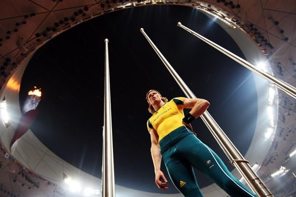 Steve Hooker survives an early-round scare to qualify for the men's pole vault final (Getty Images)