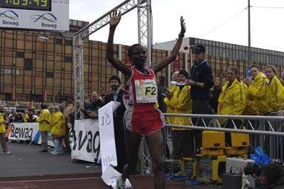 Chepchumba wins the 2004 Berlin Half Marathon (SCC)